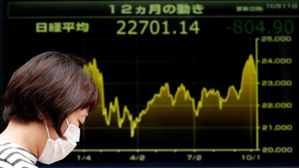 CORONAVIRUSET: Investorene sendte børsene rett ned etter nye dødsfall fra viruset. Her fra Tokyo-børsen i Japan.