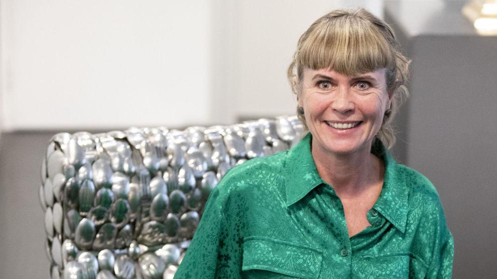 Prisen innen kunsthåndverk gikk til Toril Bonsaksen som sitter i stolen hun har bekledd med gafler og skjeer. Foto: Berit Roald / NTB scanpix