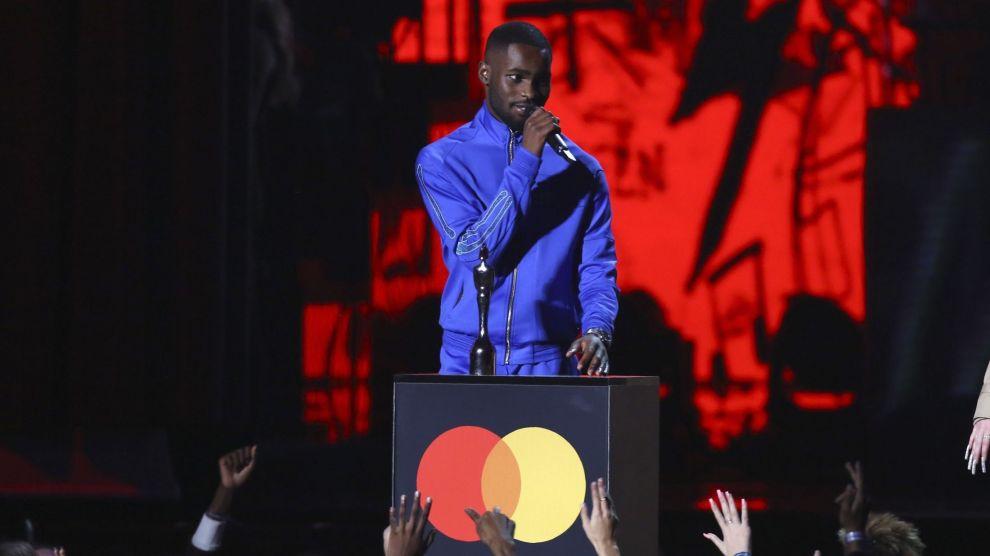 Rapperen Dave mottok prisen for beste mannlige artist under Brit Awards. Foto: Joel C Ryan / Invision / AP / NTB scanpix