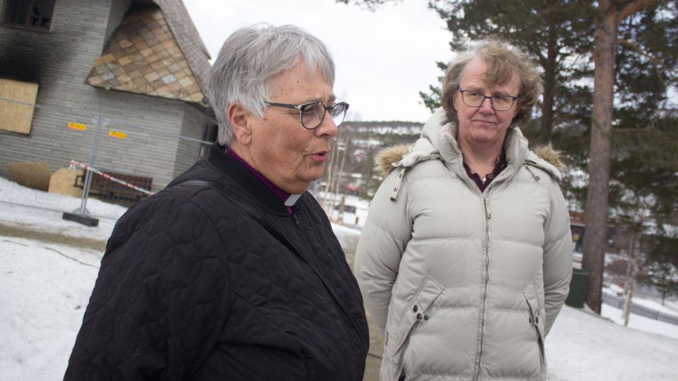 Biskop Solveig Fiske (t.v.) besøkte den utbrente kirken på Dombås fredag. Her sammen med lokalpolitiker Guri Ruste. Foto: Simen Rudiløkken / Vigga / NTB scanpix
