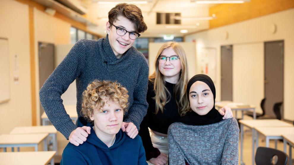 LIKER QUIZ: Tiendeklassingene Kieran Stenvik (bak f.v.), Andrea Therese Krång, Magnus Kavli og Khadishat Batalova er enige om at quiz er en motiverende måte å lære om privatøkonomi på.
