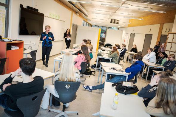 SKOLEBESØK: Fagsjef Hilde Johansen (t.v. ved tavlen) i Finans Norge er på besøk hos klasse 10 B og lærer Sara Christensen (t.h.) for å fortelle om viktigheten av å lære om privatøkonomi.