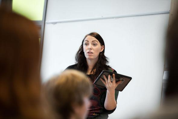 KOMFORTABEL: Lærer Sara Christensen føler seg trygg på å undervise i privatøkonomi, og mener at det er noe man bør kunne som mattelærer.