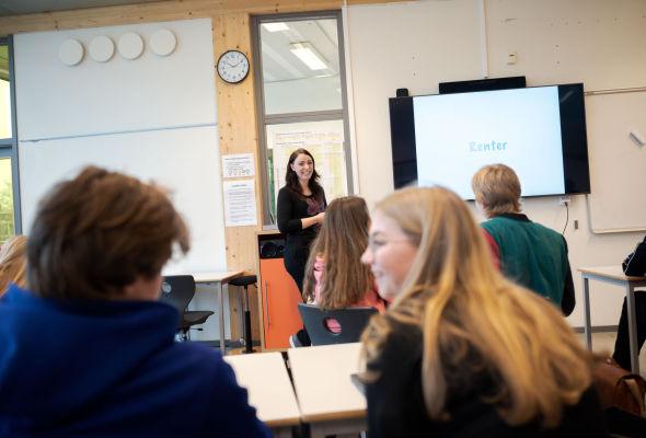 ØKONOMIBEGREPER: Den siste måneden har matematikklærer Sara Christensen lært tiendeklassingene hva de viktigste økonomiske begrepene betyr.