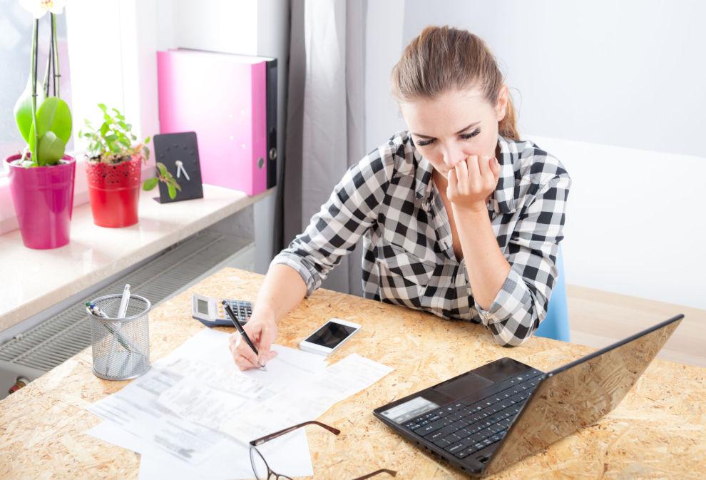 BEKYMRINGER: Når man opplever at inntekten nesten blir halvert, kan det skape store bekymringer om hvordan man skal klare å betale de faste utgiftene sine.