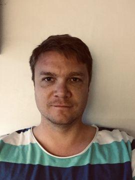 Martin Ekran kritiserer Norwegian for diffuse tilbakemeldinger knyttet til refusjon av kansellerte billetter. – De bare skylder corona og sier systemene går sakte på grunn av det, mener han.