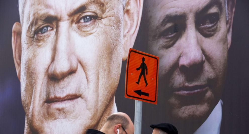 Benny Gantz (t.v.) danner en såkalt kriseregjering sammen med statsminister Benjamin Netanyahu, som fortsetter som statsminister i halvannet år før Gantz etter planen skal overta. Foto: Oded Balilty / AP / NTB scanpix