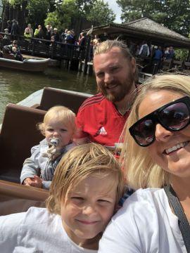 FIKK IKKE DRATT: Her er Helene Holm Aanerud sammen med mannen Mads Aanerud og sønnene Sebastian (6) og Casper (2) på en annen ferie.