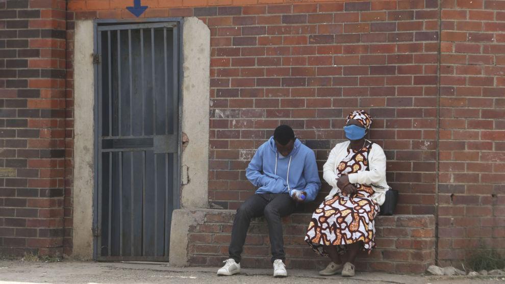 Relativt få har hittil fått påvist koronasmitte i afrikanske land, men myndighetenes nedstengning har gjort det vanskelig for mange å tjene til livets opphold. Millioner av afrikanere vil derfor bli kastet ut i ekstrem fattigdom i år, advarer Verdensbanken. Foto: AP / NTB scanpix