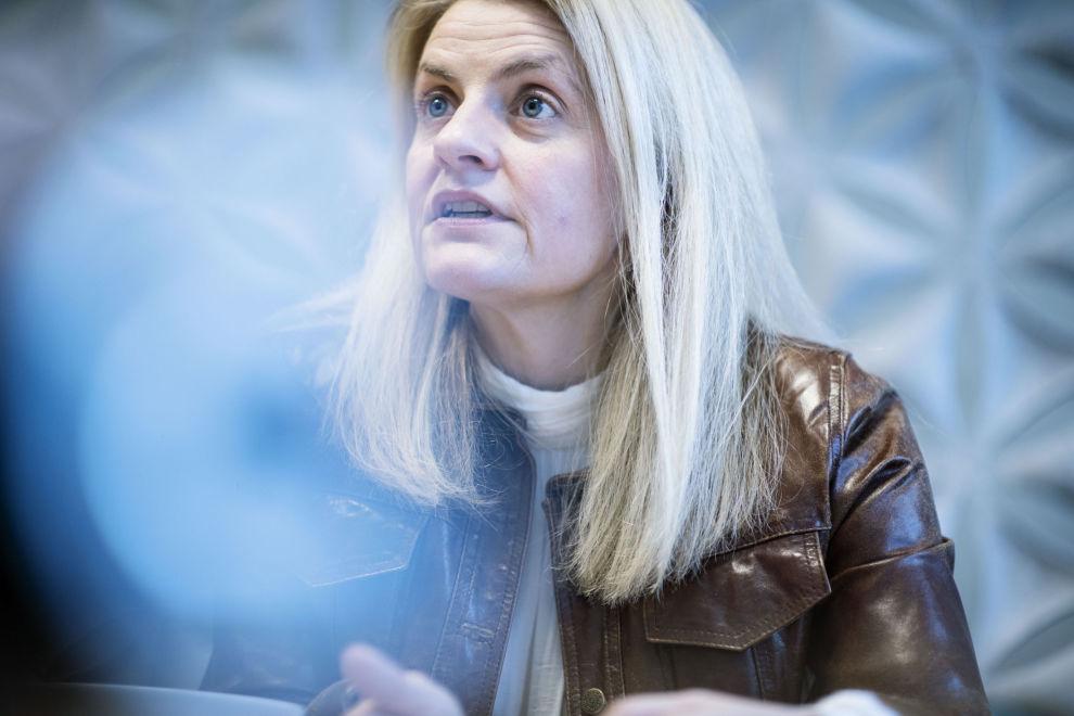 Direktør i Forbrukerrådet Inger Lise Blyverket går hardt ut mot strømselskapenes forsikringer som hun sier mange ikke vet at de har, og råder forbrukerne om å si opp avtalen. Strømleveandørene mener hun drar alle over en kam.