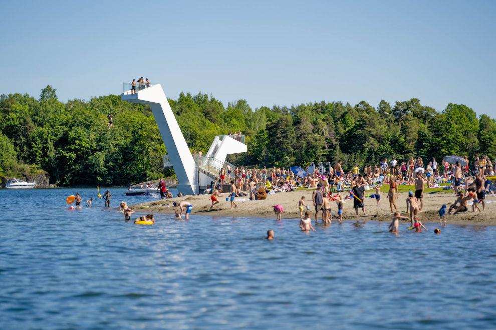 BÆRUM: Folk koser seg i det flotte sommerværet på Kadettangen i Sandvika med sol og bading på stranden.