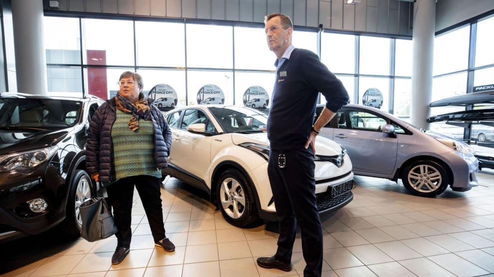 BILKJØP: Anne-Brit Aas vil ha firehjulsdrift, og det ble det – etter en kort forhandling med bilselger Martin Skjærstad.