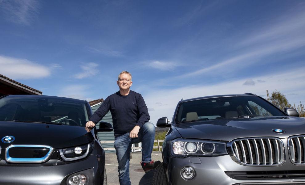 LIKER ELBIL: Øyvind Solberg Thorsen i Opplysningsrådet for Veitrafikken liker elbilen best av sine to biler, BMW-ene i3 og X3.