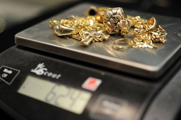 TA EN FORHÅNDSSJEKK: Forbrukerrådet anbefaler at du får noen andre til å vurdere gullet ditt før du sender det fra deg.