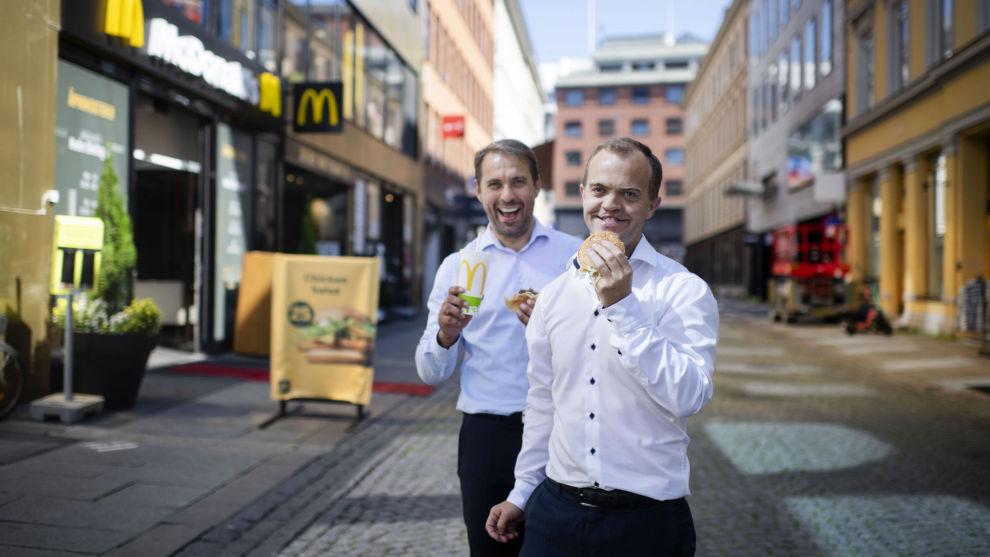 BIG MAC: KLP-forvalterne Joakim Askenstedt Embu (t.h.) og Magne Valen Sendstad har tatt et jafs av burgerne til McDonald's.