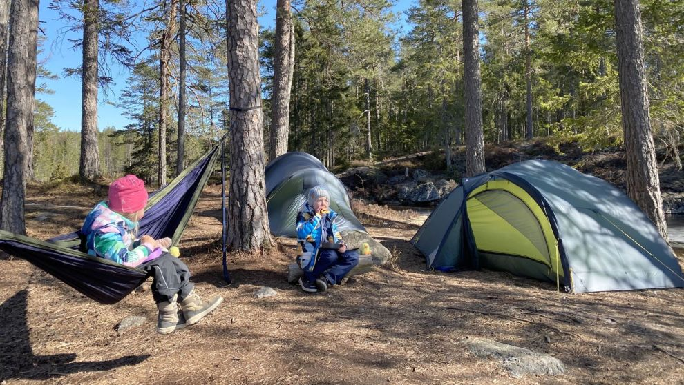 TELTTUR: Monica Flydals barn Mina ( (7) og Marius (10) på telttur i Romeriksåsen i påsken i år.