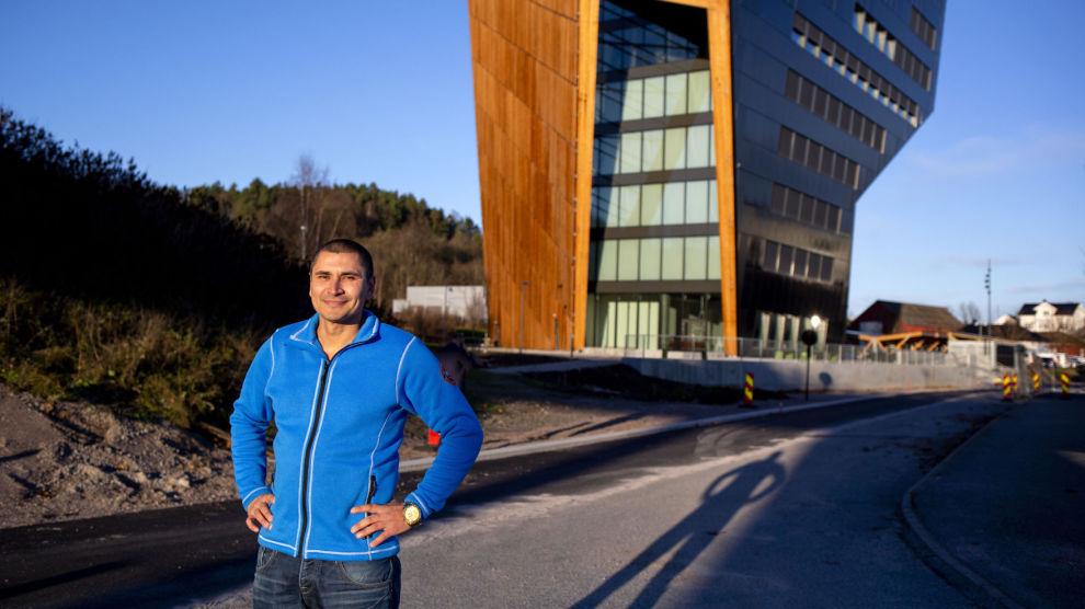 EIENDOMSDRØM: Kristian Pedersen håper at han en gang kan leve av eiendomsinvesteringene sine. Her står han foran signalbygget Power House i hjemdistriktet.
