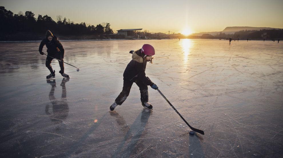 ISEN LOKKER: Mange nordmenn har fått frisket opp skøyteferdighetene denne vinteren. Her fra Kadettangen. Foto: Odin Jæger, VG