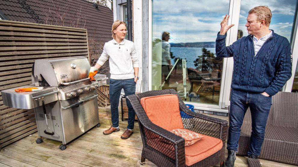 DELER TRONEN: Pappa Lars har ikke noe imot å dele på rollen som familiens grillkonge med yngstesønnen Emil.