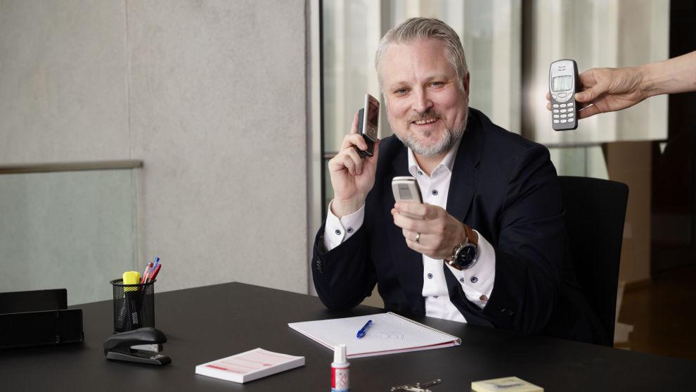 NOSTALGISKE TELEFONER: Med noen av Nokias gamle telefoner kan forvalter Philip Ripman smile fornøyd over avkastningen. Storebrand-fondet har blant annet store andeler i Nokia. De håper finnene gjør suksess med 5G-utbyggingen.