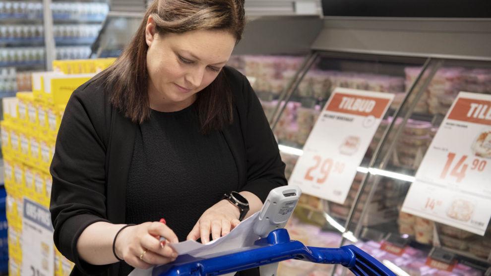 TAR SEG GOD TID: Elise Mengkrogen har i flere år vært bevisst på hvordan hun bruker pengene i dagligvarebutikkene.