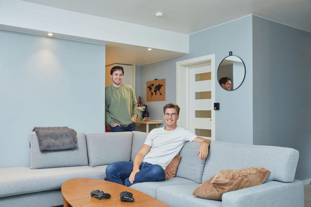 INNE PÅ BOLIGMARKEDET: Da ungdomskameratene Brage Blakstad Bergsli (i grønt) og Gustav Haugen Kristiansen begge skulle studere i Bergen, kjøpte de like godt en leilighet sammen.